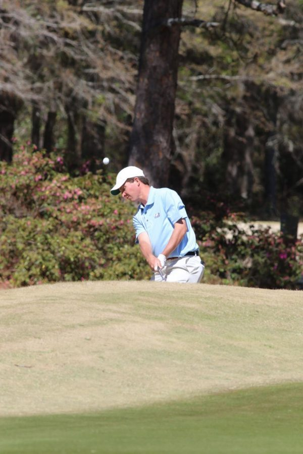 Steven+Fisk+chips+last+year+at+the+Schenkel+Invitational+in+Statesboro.+Fisk+currently+leads+the+field+at+the+Autotrader+Collegiate+Classic.