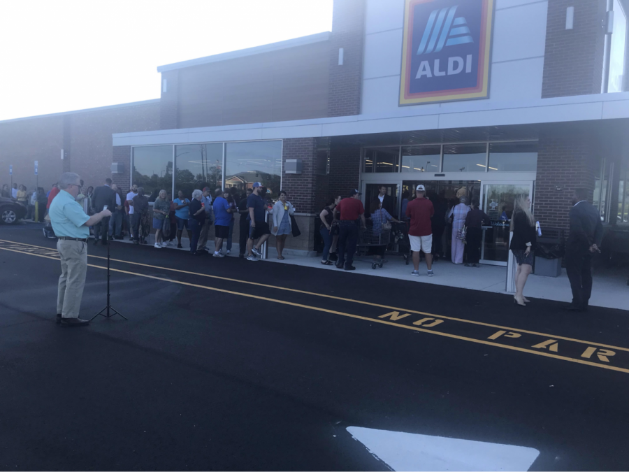 Aldi+gave+the+first+100+shoppers+tote+bags+and+coupons+at+the+grand+opening+on+Thursday+morning.